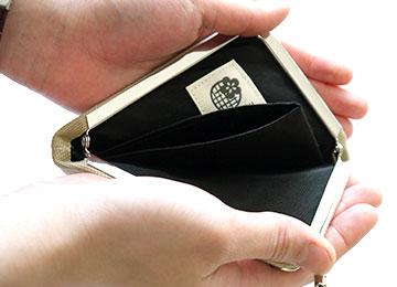 財布の中身は3分割されているので自分好みに仕分けしてお使い頂けます。がま口なので片手でパチンと簡単アクセス