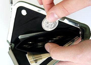 真ん中の部分は小銭入れとして。口金を閉じるとその口金自体が蓋になるような構造のため、小銭が財布の中でバラバラにならず、すぐに取り出せます。