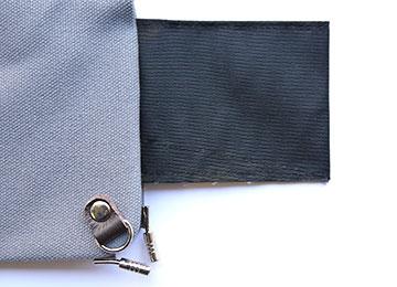 袋部分の縫製ですが、手前になるほど底上げしていますので奥まで小銭が入り込むことなく取り出しやすい工夫をしています。