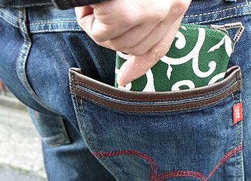 3分割された中身なのにスマートなフォルムのため後ろポケットに入れても違和感がありません。もちろん長財布が入らないバッグでもOK