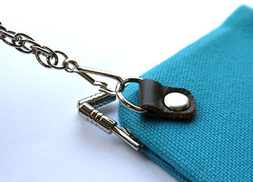 Dカンを付けたことで、ウォレットチェーンを装着すればで落下・盗難防止に。ストラップなどを付けることで自分好みのお財布に。