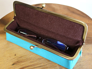 がま口メガネBOXにメガネが入っている画像