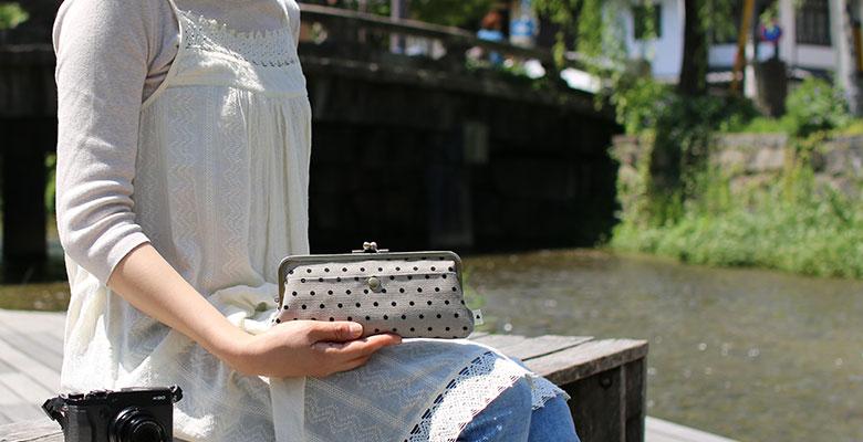 角丸親子がま口財布を女性が持った画像