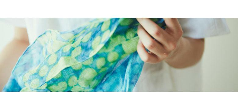 sakira 京都 さきら サキラ 手捺染のガーゼストール 創業は1978年。さきら独自の手法である、ぼやけた表情を生み出す「水ぼかし」は、熟練の職人のみが成せる技。また、作家とのコラボレーションにも取り組み、デザイン性と使い心地の両立を実現。