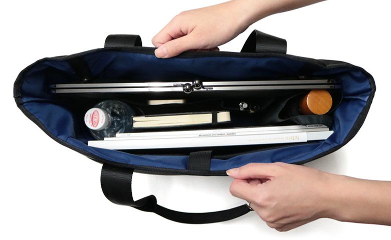 がま口クラッチ付きトートバッグを開けて中を見せている画像