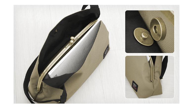 AYANOKOJI Sarei がま口スマートワンショルダーバッグ がま口収納部を挟んだ両側にはB5が入る外ポケットがあります。外ポケットは両サイドが浅くならないようになっており、また、マグネットホックが付いているので、中の物が落ちにくく、安心です。※B5はマグネットホックを留めない状態で収納可能。