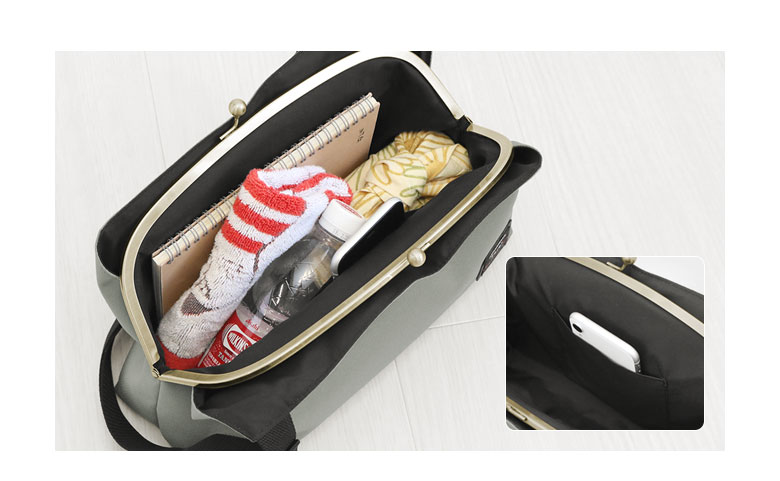 AYANOKOJI Sarei がま口スマートワンショルダーバッグ ガバッと大きく開くがま口で中が見やすく、長財布や500mlのペットボトルも楽々収納。お弁当も入るマチの大きさなので通勤・通学にもオススメ。前面側には内ポケットが付いています。