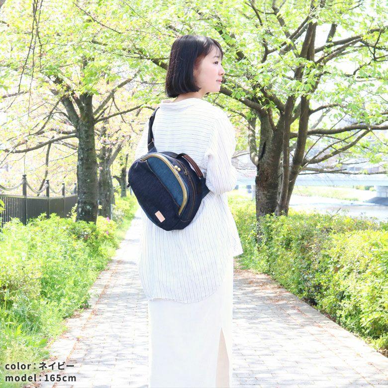 AYANOKOJI ステッチデニム ポシェット型がま口ボディバッグ モデルイメージ画像
