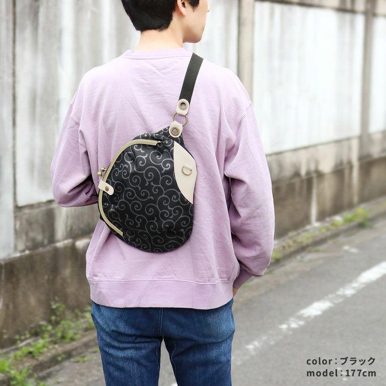 AYANOKOJI 唐草コーデュラ がま口まめボディバッグ モデル着用イメージ ブラック