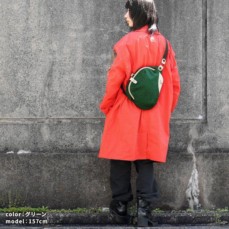 AYANOKOJI 唐草コーデュラ がま口まめボディバッグ モデル着用イメージ グリーン