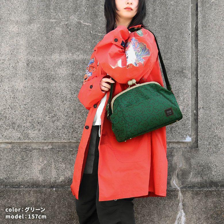AYANOKOJI 唐草コーデュラ 大玉がま口ショルダーボストンバッグ モデル着用イメージ グリーン