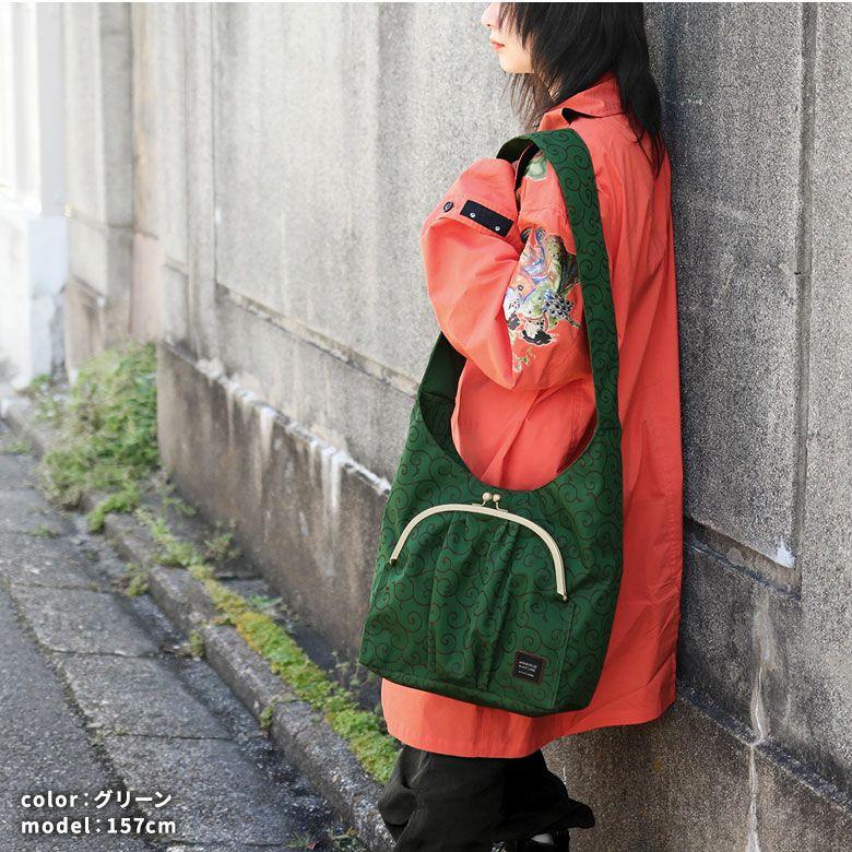 AYANOKOJI 唐草コーデュラ アイテム名を入れる モデル着用イメージ グリーン