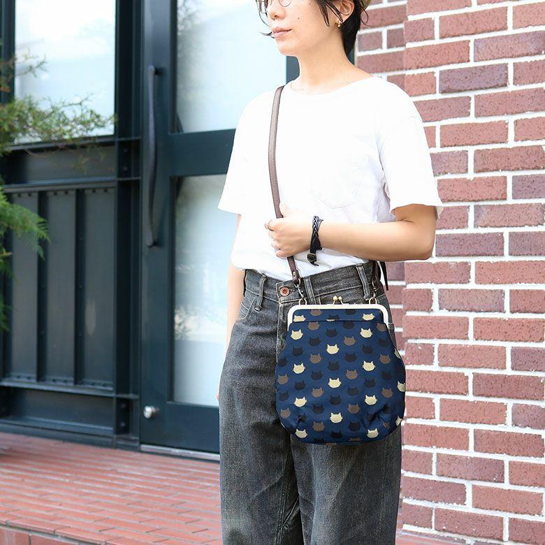 AYANOKOJI にゃんこジャガード ポケット付きがま口フラットショルダーバッグ モデル 着用イメージ