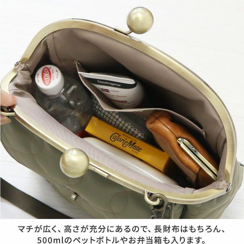 AYANOKOJI キルティング 大玉がま口2WAYフラップリュック マチが広く、高さが充分にあるので、長財布はもちろん、500mlのペットボトルやお弁当箱も入ります。