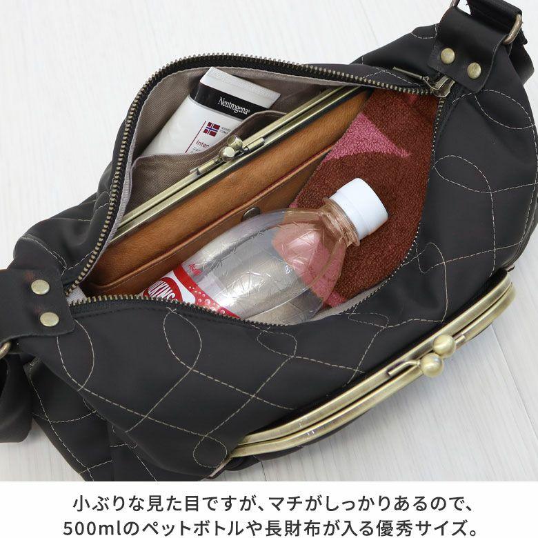 AYANOKOJI キルティング くし型がま口ポケット付きショルダーバッグ 小ぶりな見た目ですが、マチがしっかりあるので、500mlのペットボトルや長財布が入る優秀サイズ。